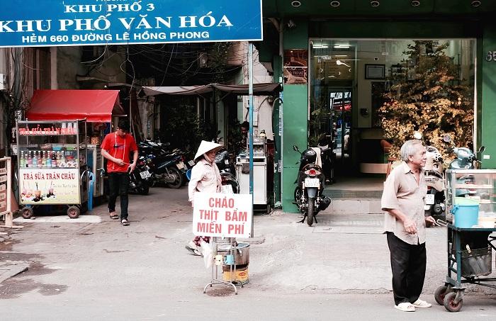Nồi cháo thịt bằm miễn phí ấm lòng người Sài Gòn. (Ảnh: Kenh14)