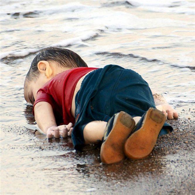 Ở một thế giới khác - Bộ ảnh trả lại tuổi thơ bị tước đoạt cho những đứa trẻ.6