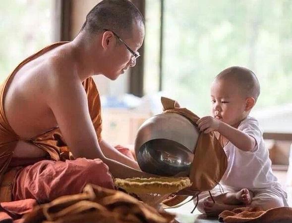 Giúp Sư phụ lau sạch bát khất thực. (Ảnh: Sohu.com)