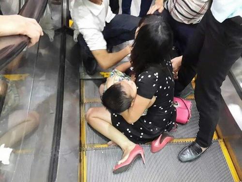 Người thân hoảng loạn sau khi giải cứu bé trai bị kẹt ở thang cuốn ở Hà Nội.