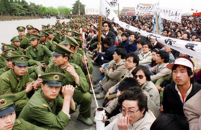Trước đó cuộc thảm sát Thiên An Môn 1989. Khoảng 20000 sinh viên ủng hộ dân chủ đã tổ chức một cuộc biểu tình trái phép tại quảng trường Thiên An Môn trong lễ tang của nhà lãnh đạo Đảng Cộng sản Trung Quốc và nhà cải cách dân chủ Hu Yaobang vào ngày 22 tháng 4 năm 1989. (Ảnh: Skibbereen Eagle)