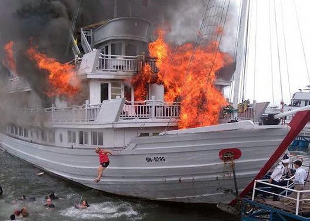 Lúc 11h ngày 6/5, tàu du lịch QN 6299  mang tên Aphrodite  bốc cháy. Hàng chục du khách trên tàu đã nhảy xuống biển.