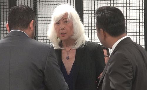 Bà Mia Yamamoto (giữa) -  luật sư mới của Minh Béo - trao đổi với luật sư cũ Đỗ Phủ và công tố viên tại phiên tòa.