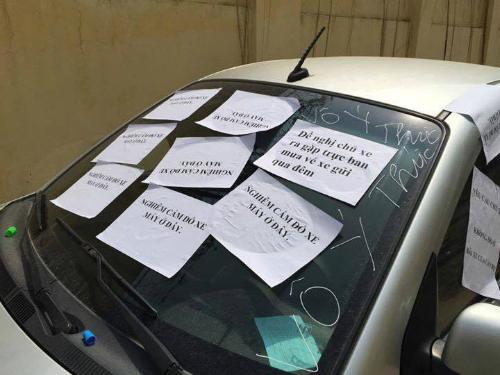 Chiếc xe bị gián dấy kín kính vì đỗ xe sai chỗ và không mua vé.