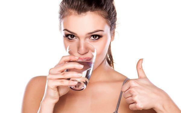 Uống đủ nước giúp các hoạt động của cơ thể diễn ra trơn tru
