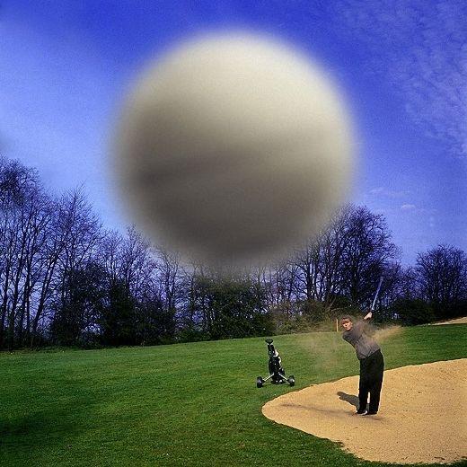 Với lực bay thế này của trái bóng, chắc bạn sẽ đoán được cảm giác của người chụp hình này thế nào khi bị ăn một cú rồi đó