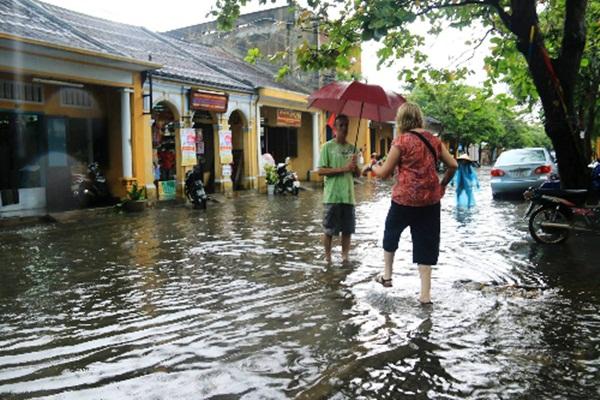 Từ chiều 12/9, nhiều tuyến đường ở phố cổ Hội An đã bị ngập do mưa lớn.( Ảnh: Đ.X)