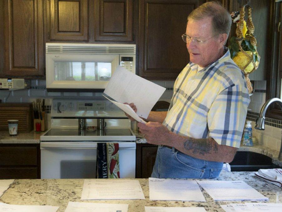 Chuck Zellers tìm kiếm thông tin mình đã chết trong vô vàn giấy tờ và tài liệu.