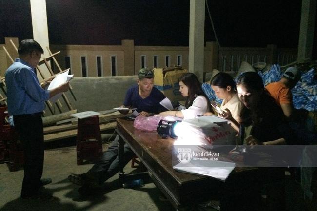 Cả đoàn cứu trợ vẫn đang làm việc tích cực đến tận tối.