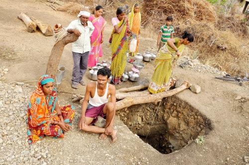 """Giếng sâu 4,6m của anh Tanje đang """"cứu sống"""" dân làng."""