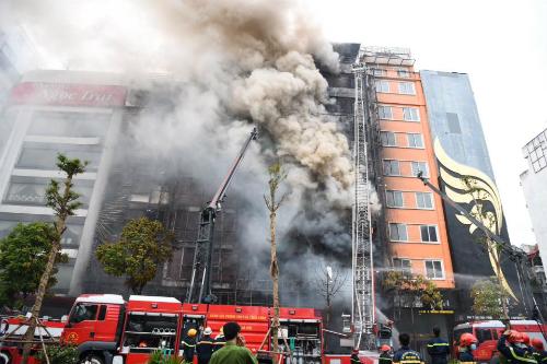 Quán karaoke bị cháy lan sang nhiều nhà bên cạnh. (Ảnh: vnexpress)