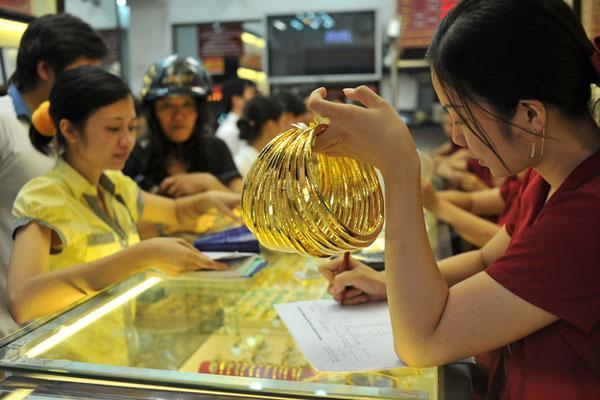 Tầm 9h10, giờ Hà Nội, mỗi ounce có giá 1.350 USD, không thay đổi nhiều so với chốt phiên trước.