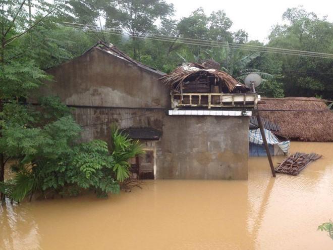 Một nhà dân ở thị xã Kỳ Anh bị nước lũ bao vây. Ảnh: Thảo Nhi.