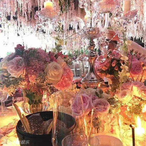 Tiệc cưới của cặp đôi tràn ngập hoa tươi và ánh nến.