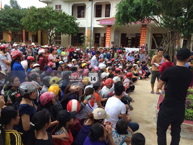 1000 hộ dân đã có mặt tại UBND xã để nhận quà cứu trợ.