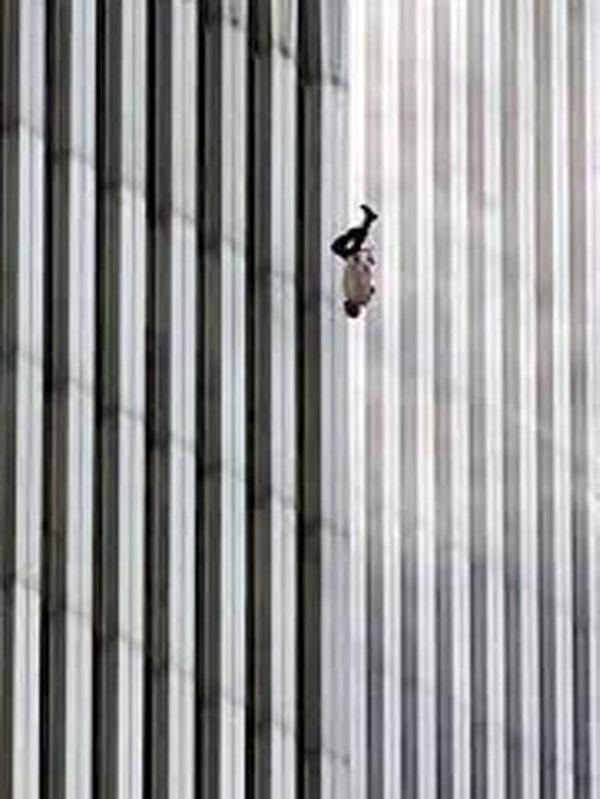"""Người đàn ông rơi"""" là bức ảnh mô tả cụ thể nhất sự khủng khiếp của vụ khủng bố."""