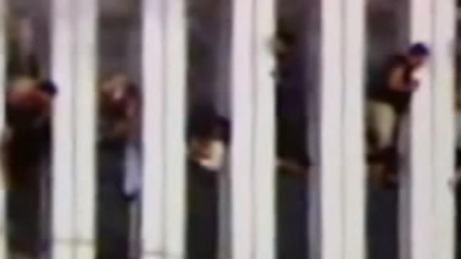 Những người Mỹ bị kẹt lại trong tòa nhà đang bốc cháy dữ dội.