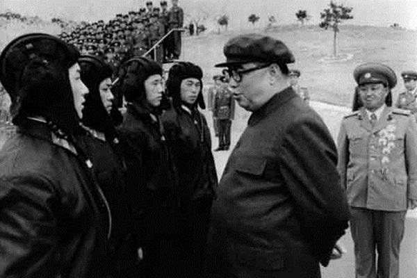 Ông Kim Nhật Thành thị sát đơn vị quân đội năm 1983.