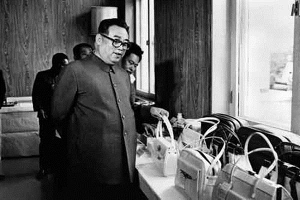 Cố lãnh đạo Kim Nhật Thành kiểm tra hàng hóa do Triều Tiên sản xuất.