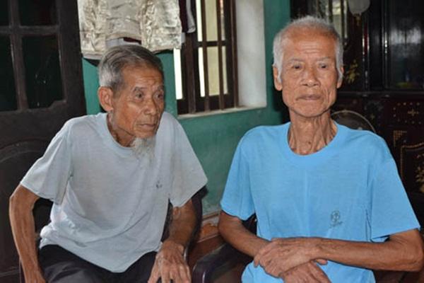Hai anh em song sinh Nguyễn Văn Phiến, Nguyễn Văn Phướng (89 tuổi, là em thứ 3). Riêng cụ Phướng (áo xanh) bị địch bắt trải qua 4 nhà tù khác nhau.