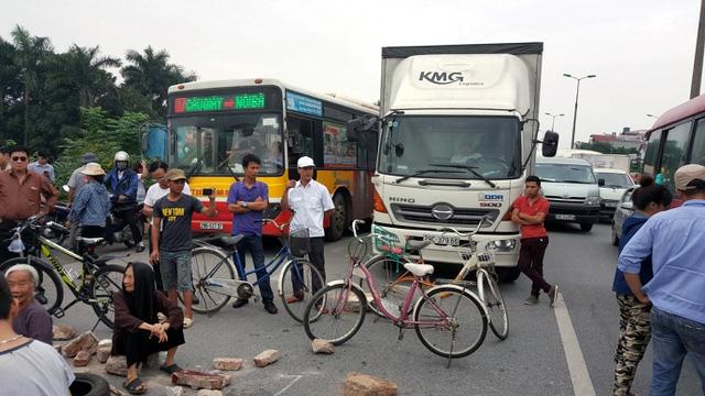 Người dân chặn toàn bộ một chiều đường khiến giao thông ùn tắc nghiêm trọng. (Ảnh: CTV)