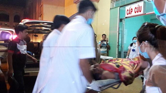 Nạn nhân bị thương vừa được đưa đến Bệnh viện Đa khoa Đắk Nông. Ảnh: Tây Nguyên.