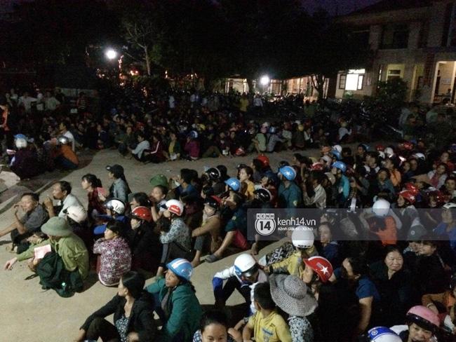 Hàng nghìn người vẫn ngồi xếp hàng đợi đến lượt nhận quà cứu trợ.