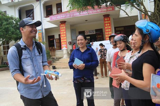 Nụ cười của Phan Anh khi tới được với người dân Quảng Bình