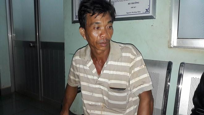 Ông Nguyễn Văn Bom, bảo vệ công ty Long Sơn, đưa các nạn nhân đến điều trị tại Bệnh viện Đa khoa Đắk Nông. Ảnh: Tây Nguyên.