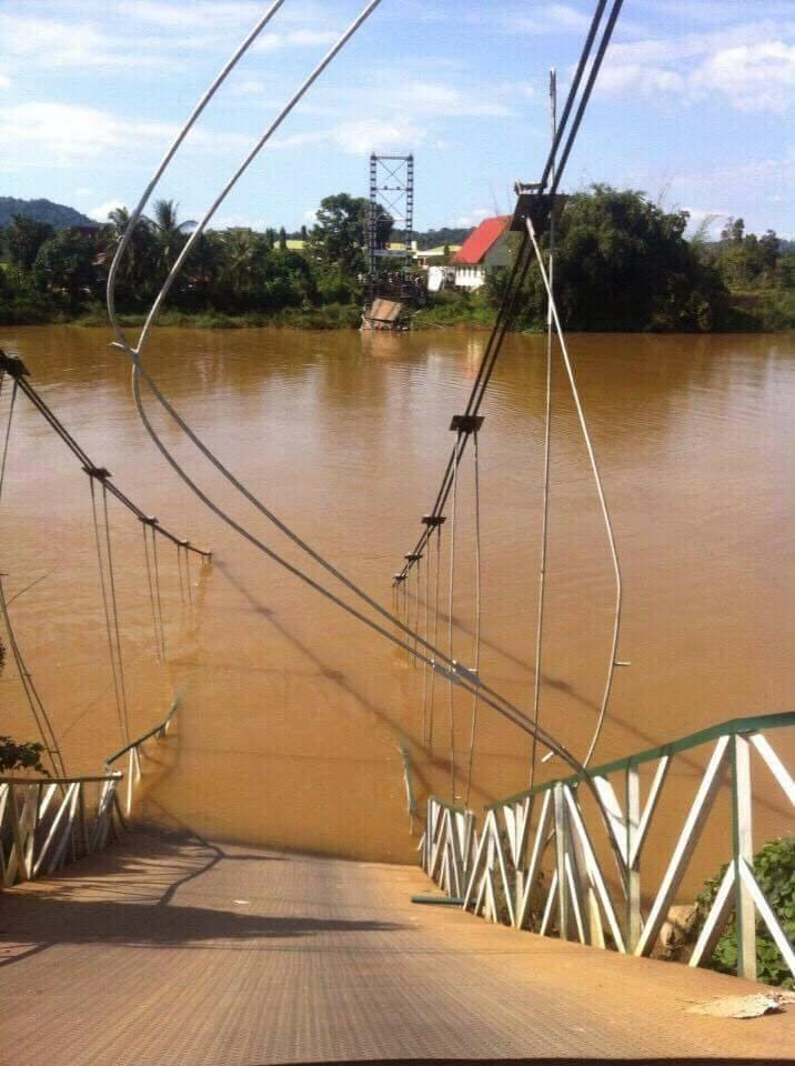 Cầu treo Tà Lài bị sập, nhiều người rơi xuống sông. (Ảnh: Internet)