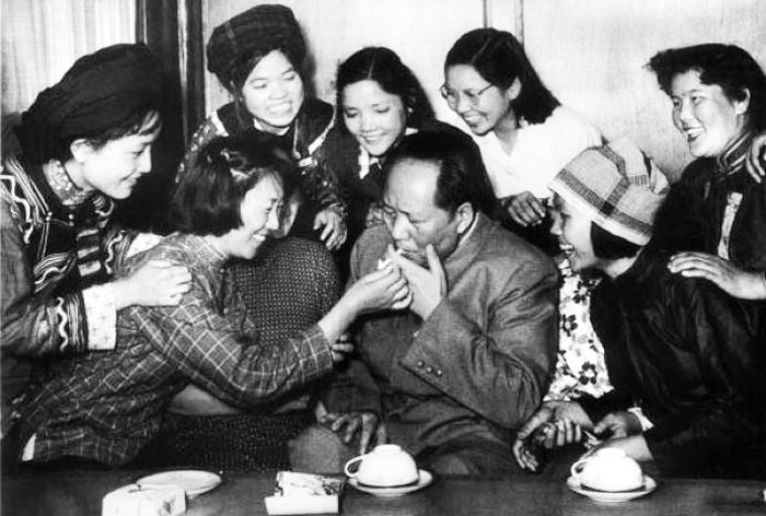 Trong nạn đói này, báo chí chính quyền Trung Quốc vẫn nêu cao tấm gương đạo đức đồng cam cộng khổ của Mao Trạch Đông với người dân. (Ảnh: Listverse)