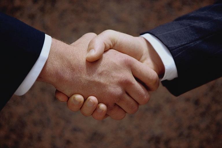 Ðàn ông bắt tay phải siết chặt cho thấy sự thân thiện