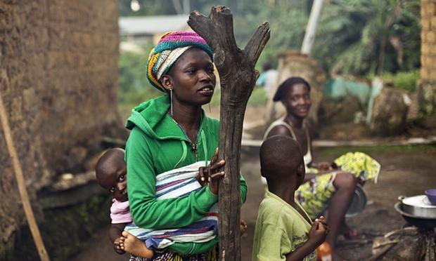 Phụ nữ và trẻ em tại một ngôi làng của Guinea