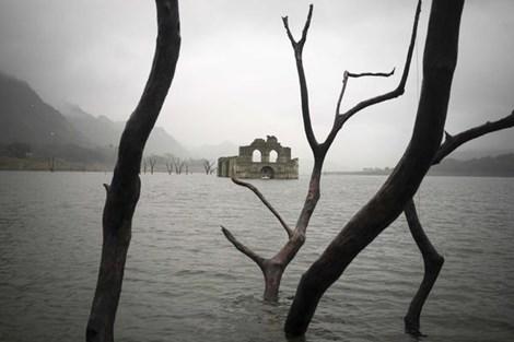 Nhà thờ cổ bỗng trồi lên giữa hồ