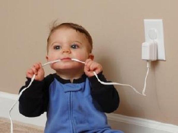 Sạc điện thoại và những mối lo đối với trẻ em