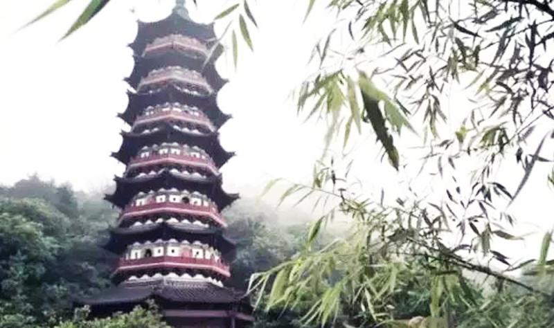 Tu kiến Phật tháp tích được công đức vô lượng. (Ảnh: Sohu)