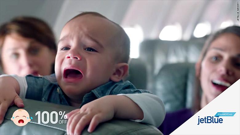 Tiếng khóc của em bé thứ 4 khiến tất cả hành khách trên máy bay vỗ tay