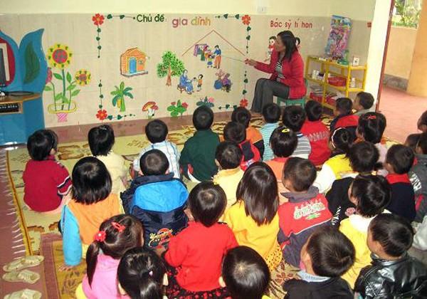Cô giáo dạy trẻ là một nghề vất vả.