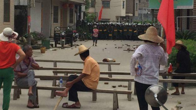 Dân làng Ô khảm chuẩn bị cho cuộc biểu tình. (Ảnh BBC)