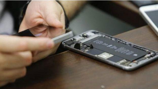 Xâm nhập vào iPhone đòi hỏi một mức độ cao về chuyên môn thiết bị điện tử. (Ảnh: Reuters)