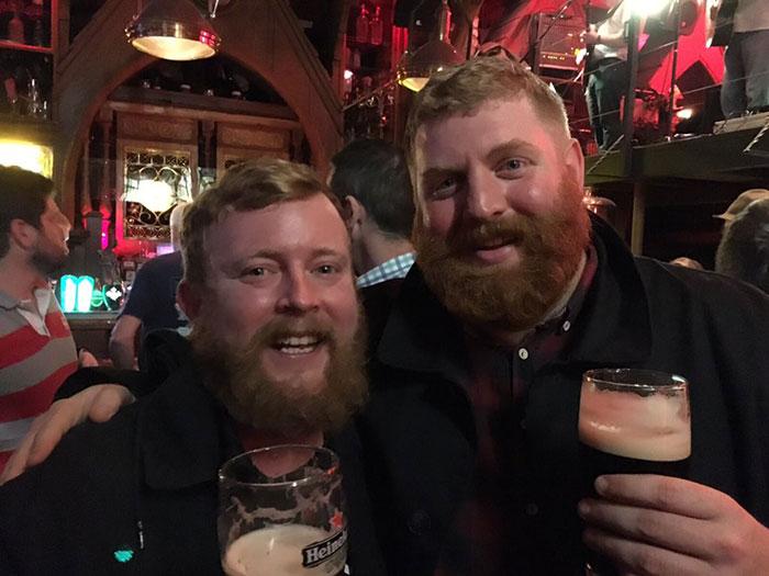 Hai người lại tình cờ gặp nhau ở 1 quán bar