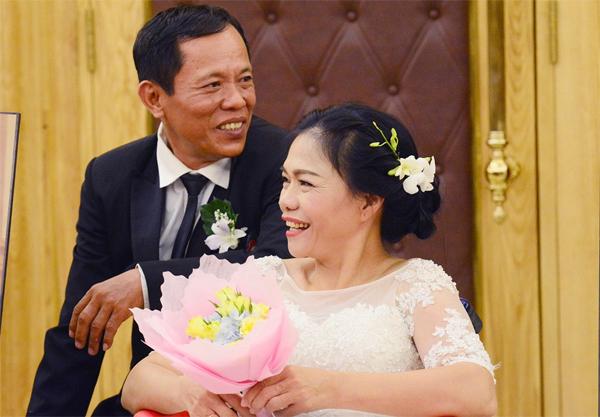 Ông Trần Văn Minh (57 tuổi, ngụ quận 10, TP HCM) làm nghề xe ôm và bà Hứa Thị Kiều Hạnh (52 tuổi, bị khuyết tật) thành vợ chồng cách đây 30 năm. Đây là một trong số 40 cặp cô dâu, chú rể tại lễ cưới tập thể dành cho người khuyết tật diễn ra tại TP HCM chiều 20/10.