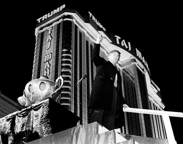 Năm 1990: Trump trong ngày khai trương resort casino Trump Taj Mahal tại Atlantic City, New Jersey. Vào thời điểm đó, đây là sòng bạc đắt đỏ nhất trên thế giới với chi phí xây dựng lên đến 1,1 tỷ USD. (Ảnh: Charles Rex Arbogast/AP)