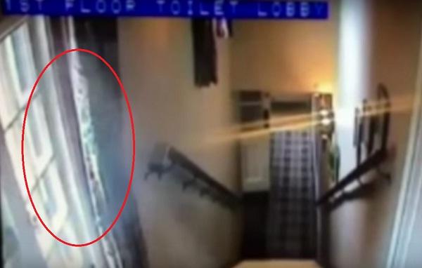 Bóng trắng gần cửa sổ được cho là hồn ma bí ẩn. (Ảnh chụp từ clip).