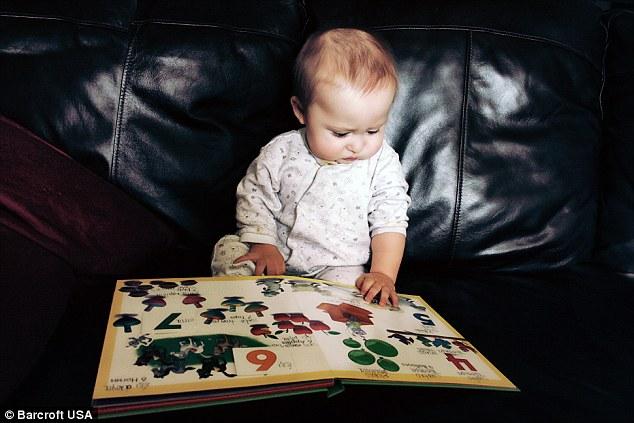 Ramses ngồi trên ghế sô pha xem sách khi 7 tháng tuổi