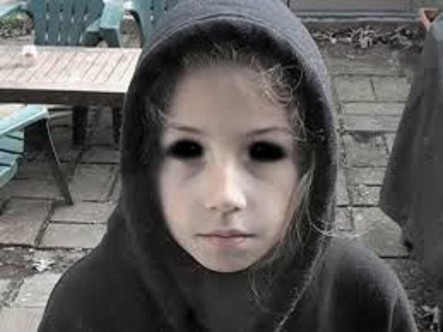 Những đứa trẻ mắt đen bí ẩn