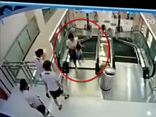 Chị Liễu Quyên, 30 tuổi, thiệt mạng ngay khi vừa kịp đẩy con trai 2 tuổi về phía trước để tránh bị rơi xuống hố thang cuốn trong một trung tâm thương mại ở thành phố Kinh Châu hôm 26/7