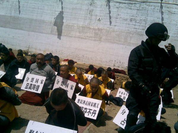 Hình ảnh Trung Quốc đàn áp Sư Tây Tạng năm 2011