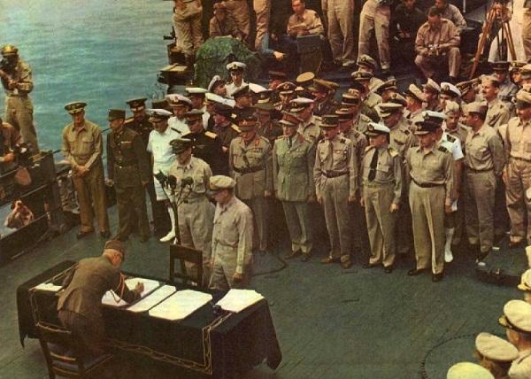 Tướng MacArthur tiếp nhận quân Nhật đầu hàng (Ảnh: Internet)