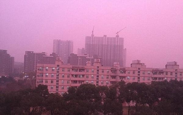 Sương mù màu hồng tím kỳ lạ bao phủ thành phố Nam Kinh, Trung Quốc.